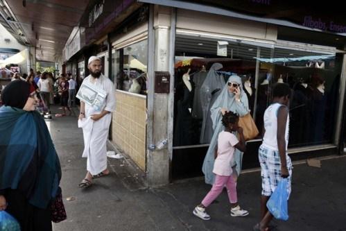 Musulman avec djellaba et femmes voilées